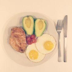 Aftensmad! !  Kyllingebryst, avokado, spejlæg og tomater