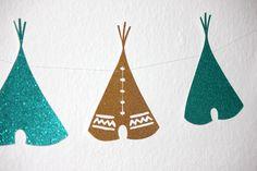 Dieses Mal feiern wir mit Euch einen Indianergeburtstag speziell für Mädchen. Das Geburtstagskind hatte sich die Farben Gold, Lila und Türkis gewünscht und ein bißchen Glitzer durfte auch gerne dabei sein - eben typisch indianisch ;-) Los ging es mit den Einladungen. Die hatten wir in Form eines Tipis gestaltet und mit Perlen und Federn versehen.