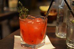 Meine Cocktail-Empfehlung: Raspberry Thyme Smash – mit Himbeeren, Thymian, Gin, Limettensaft und Zuckersirup.   Santos Wieden.