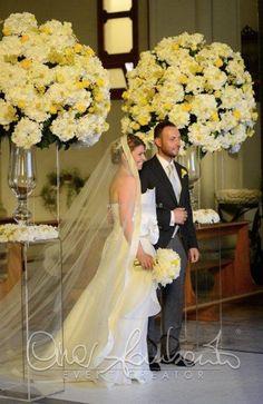 Tutte le sfumature del giallo, solari e gioiose per le maxi composizioni floreali in chiesa.