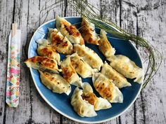 Finished gyoza in 10 minutes on the table l Japanese dumplings with honey - Fingerfood - Bento Wonton Recipes, Thai Recipes, Asian Recipes, Healthy Recipes, Superfood, Japanese Dumplings, Gyoza, Albondigas, Exotic Food