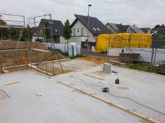 Die Montageschwellen für das Holzhaus sind ausgerichtet und festgedübelt. die LKW Brückeist da - NUR HOLZ Massivholzhaus Montage Niederkrüchten - Bauplanung gerne mit unserem Architektenteam - http://www.zimmerei-massivholzbau.de