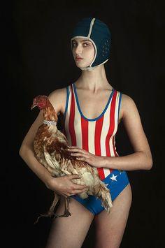 """El Hurgador [Arte en la Red]: Romina Ressia [Fotografía] Serie Los Campeones, """"La mujer y la gallina"""" / The Champions Series, """"The woman & The Hen"""""""