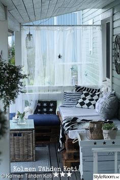 tuunaus,puutarha,diy,terassi,kuormalavasohva Terrace Design, Outdoor Rooms, New Kitchen, Interior Inspiration, Pergola, Sweet Home, Cottage, House Styles, Furniture