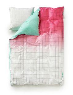 Sengetøye S Minimal Collection er designet av duoen Sholten & Baijings for HAY. De er kjent for friske fargebruke og grafiske mønstre. Dette sengetøyet i 100% Bomullssateng er intet untak. Str 140 X 200 cm / 70 x 50Moss - Grønn/rosaLemon - Gul/svart/hvitSyrup - Rosa/turkis