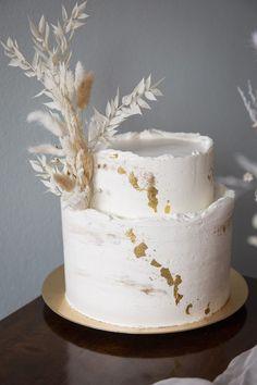 Schokoladenseite Hochzeit - Trockenblumen aus Eurem Onlineshop für Außergewöhnliches rund um die Hochzeit. Viel Freude beim Stöbern und Verlieben! Wedding Cake Photos, Amazing Wedding Cakes, Wedding Cake Rustic, Rustic Cake, Wedding Cake Designs, Wedding Cake Flowers, Painted Wedding Cake, Cake Wedding, Wedding Cakes With Cupcakes