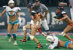 米国で下着姿の女性がアメリカンフットボールをする「ランジェリーフットボールリーグ(Lingerie Football League、LFL)」が4日に開幕し、イリノイ(Illinois)州ホフマン・エステーツ(Hoffman Estates)でシカゴ・ブリス(Chicago Bliss)対マイアミ・カリエンテ(Miami Caliente)の開幕戦が行われた。LFLには10チームで構成され、試合は7対7で行われる。写真は開幕戦の一場面(2009年9月4日撮影)。(c)AFP/Getty Images/Scott Olson ▼7Sep2009AFP 下着姿の「ランジェリーフットボールリーグ」、米国で開幕 http://www.afpbb.com/articles/-/2638285