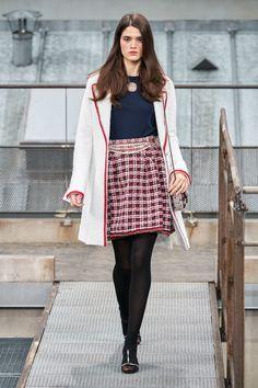 Chanel Spring 2020 Ready-to-Wear Fashion Show Chanel Spring 2020 Ready-to-Wear Collection - Vogue Ch Fashion Week Paris, Fashion 2020, Fashion Brand, Runway Fashion, High Fashion, Winter Fashion, Fashion Outfits, Womens Fashion, Fashion Design