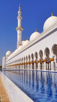 Architecture Discover Sheik Zayed Grand Mosque Abu Dhabi United Arab Emirates - An. Mosque Architecture, Ancient Greek Architecture, Religious Architecture, Beautiful Architecture, Beautiful Landscapes, Gothic Architecture, Interesting Buildings, Amazing Buildings, Beautiful Mosques
