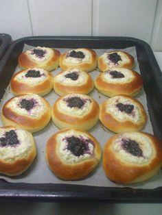 Nadýchané Moravské koláče. Sú čerstvé aj 5 dní no zjedia sa hneď. Milujú ich všetci – radynadzlato.sk Challa Bread, Muffin, Breakfast, Food, Basket, Meal, Eten, Meals, Muffins