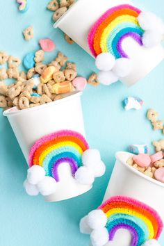 DIY Rainbow Party Cups ⋆ Handmade Charlotte - DIY cardboard mug as a gift for the rainbow birthday with a cloud of white pompoms and a colorful ra - Diy Party Cups, Craft Party, Birthday Diy, Unicorn Birthday Parties, Diy Rainbow Birthday Party, Women Birthday, Rainbow Decorations, Birthday Party Decorations, Halloween Decorations
