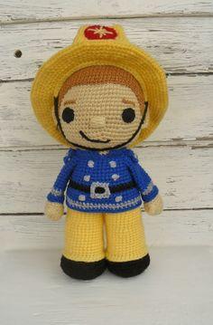 Liebevoll gehäkelter Feuerwehrmann **Sam** sucht einen neuen Freund.   **Sam** kommt immer als Retter in der Not zu Hilfe. **Sam** ist beige und trägt eine blaue Uniform und gelbe Hose. Und...