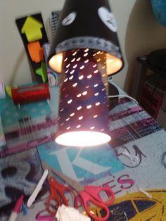 Es una lampara galaxy realizada por sharpies y un rollo de papel higenico