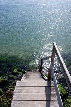 Les escaliers d'une maison nous invitent à la baignade - Le Cap Ferret comme on l'aime - CôtéMaison.fr
