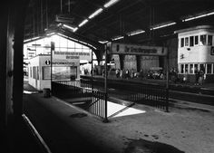 Grenzbahnhof Friedrichstraße, südliche Bahnsteighalle für die nach Westen fahrenden Fernzüge (Bahnsteig A) und die nach West-Berlin fahrenden S-Bahnzüge (Bahnsteig B), die durch eine Metallwand von dem Bahnsteig C, von dem nur die S-Bahnen nach Ost-Berlin fuhren, hermetisch abgeriegelt war 4. Juni 1965