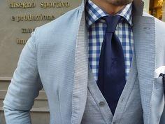 Combinación fresca. Blazer azul, camisa vichy azul, corbata azul y para neutralizar el suéter gris.