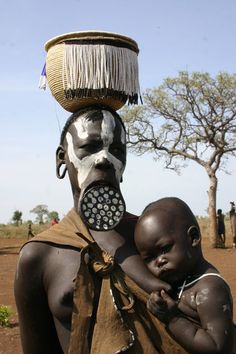 The Mursi tribe are an African tribe from the isolated Omo valley in Southern Ethiopia near the border with Sudan. African Tribes, African Women, We Are The World, People Around The World, Costume Ethnique, Mursi Tribe, African Colors, Africa People, Aboriginal Culture