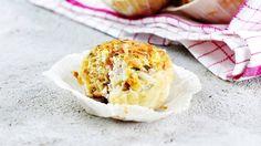 Kinkku-juustokierteet saavat mehevyyttä ja makua täytteen yrttituorejuustosta.