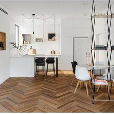 O contraste entre o branco e a madeira representado no piso e nas paredes E…