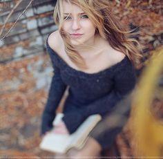 Lifestyle Portrait - Reading outdoors