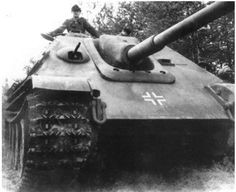Jagdpanther Ausf.Gl with the s.Pz.Jg.Abt.654, issued to the unit in October 1944, had a single driver's periscope with a thin plate welded over the second hole at the assembly plant.