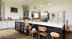 Una enorme cocina con antiguos suelos de madera · A huge kitchen with old wooden floors