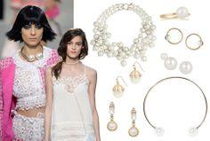 FEMININT: Mens Chanels vårkolleksjon var preget av store perler, valgte Thakoon lange perlerader som tilbehør. Fra øverst til venstre: Halss...