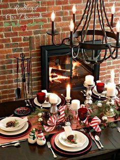 Une table de Noël au coin du feu avec un joli chemin de table. Top !