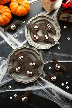Don't forget to include some yummy Halloween desserts at your next party. Here are some of the best recipes for Halloween desserts. Halloween Desserts, Scary Halloween Treats, Comida De Halloween Ideas, Postres Halloween, Hallowen Food, Halloween Bats, Halloween Food For Party, Halloween Cookies, Desserts Diy