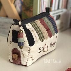 Shabby Chic Quilts Patterns Tote Bags Ideas For 2019 Shabby Chic Quilt Patterns, Shabby Chic Quilts, Patchwork Bags, Quilted Bag, Bag Patterns To Sew, Sewing Patterns, Pouch Pattern, Little Bag, Sewing Notions