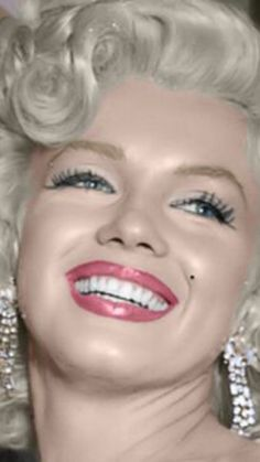 """Marilyn Monroe at the premiere of """"How To Marry A Millionaire,"""" Los Angeles, California; Marylin Monroe, Marilyn Monroe Artwork, Marilyn Monroe Quotes, Old Hollywood Glamour, Hollywood Stars, Classic Hollywood, Actrices Sexy, Norma Jeane, Divas"""