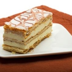 Rich recipe of the pastel thousand sheets, also known as Napoleon. This typical French dessert is filled with pastry cream between strips of puff pastry. Desserts Français, Sweet Desserts, Sweet Recipes, Cake Recipes, Dessert Recipes, Napoleon Dessert, Napoleon Cake, Mil Hojas Cake Recipe, Classic French Desserts