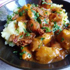 Super lækker gryderet med kylling, pølse og bacon. Det smager virkelig skønt ovenpå en lækker, fyldig kartoffelmos. Nem, børnevenlig aftensmad.