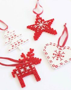 Christmas decorations with hama beads - ALT.dk Christmas decorations with hama beads - ALT. Beaded Christmas Decorations, Christmas Perler Beads, Beaded Ornaments, Tree Decorations, Diy Ornaments, Hama Beads Design, Hama Beads Patterns, Beading Patterns, Loom Patterns