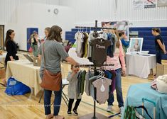 Online Sales Make a portable, functional, display rack for clothing or other hanging items. Vendor Displays, Craft Fair Displays, Shirt Displays, Display Ideas, Solar Pool Cover, Decorated Jars, Online Sales, Diy Clothing, Trade Show