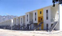 Localizado no município de Santa Catarina, no México, as moradias de Monterrey fazem parte do primeiro projeto do arquiteto fora do Chile. Atendendo a demanda do governo estadual de Nuevo León para a criação de 70 lares, foram feitos prédios contínuos de três andares em que o primeiro é uma casa e, os outros dois são apartamentos dois andares