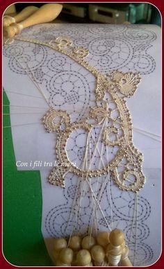 """Tombolo, """"Venezia"""", lace Crochet Lace Edging, Irish Crochet, Bobbin Lacemaking, Bobbin Lace Patterns, Point Lace, Needle Lace, Irish Lace, Lace Making, Dragonfly Tattoo"""