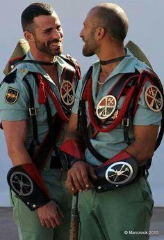 Agaton: El Twitter guiri acaba de descubrir la Legión Española y cree que es lo más gay que ha existido nunca