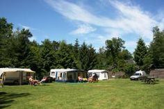 Campingplatz in den Niederlanden umgeben von Wald