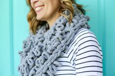 Finger looping infinity scarf how to idea 6 Chunky Crochet Scarf, Chunky Blanket, Bee Crafts, Yarn Crafts, Yarn Projects, Knitting Projects, Chunky Infinity Scarves, Diy Scarf, Craft Wedding