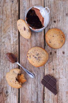 Après mes muffins aux marrons et au chocolat il me restait de la crème de marrons à utiliser. À la base je voulais faire des cookies et finalement le résultat ressemblait plus à des biscuits moelleux. Alors oui ce ne sont pas des cookies mais purée que...