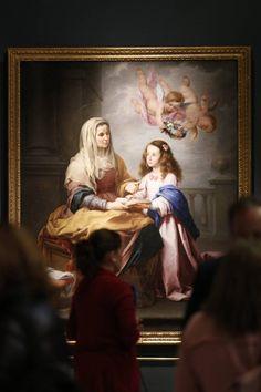 """El director de la exposición Gabriele Finaldi ha apuntado que nunca se ha hecho una exposición que una a Velázquez y Murillo, por lo que """"puede ser un cosa bastante atrevida"""", al tiempo que asegura que """"cuando se ven reunidas las obras es cuando uno siente que ha merecido la pena verla"""". Además, el comisario ha mostrado su convencimiento de que ambos artistas se conocieron, aunque """"los documentos así no lo digan"""". En la imagen, obra de Murillo titulada 'Santa Ana enseñando a leer a la…"""