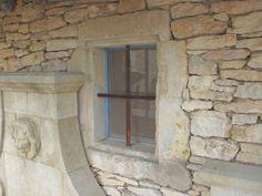 Encadrement de fenetre en pierre ancienne.