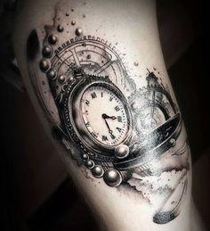 """Tatuaje de reloj: marca la hora en tu piel ¿Recordáis aquella canción que decía """"reloj no marques las horas porque voy a enloquecer…""""? Bueno, pues muchos hacen justo lo contrario: plasman sobre su piel un tatuaje de reloj, como símbolo indeleble del paso del tiempo. De hecho, los tatuajes de relojes sirven para representar el tiempo de"""