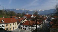 """Wer etwas länger Zeit hat, dem empfehle ich einen Abstecher in die unbekannte Gourmet-Region Kamnik, ca. 25 km nördlich von Ljubljana. Eine Seilbahn führt von dem mittelalterlichen Städtchen auf die Hochebene Velika Planina zur größten Alm Sloweniens. Das Gebiet ist nicht nur ein schönes Wanderrevier, man kann hier auch ein restauriertes Hirtendorf besuchen. Traditionell gewandete Hirten zeigen dort im Sommer, wie einst in der Einsamkeit """"Busen-Käse"""" für die Liebste daheim geschnitzt wurde… Salzburg, Mount Everest, Mountains, Mansions, House Styles, Nature, Travel, Gourmet, Europe"""