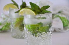 Een authentiek recept voor Mojito. Ik heb het recept aangepast voor 1 glas, maar u kunt de hoeveelheden vermenigvuldigen en een hele kan maken. Een zeer verfrissende drankje voor een hete zomerdag.