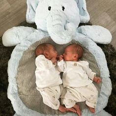 Uploaded by Find images and videos about love, cute and baby on We Heart It - the app to get lost in what you love. Twin Baby Photos, Cute Baby Pictures, Cute Little Baby, Baby Kind, Funny Babies, Cute Babies, Twin Baby Boys, Cute Twins, Foto Baby