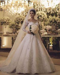 Lindíssima !  . #universodasnoivas #noiva #weddings #wedding #weddingday #weddingdress #casamento #casamentos #vestido #vestidos #vestidodenoiva #madrinha #evento #dress