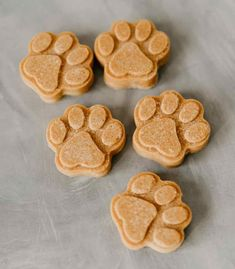 What do dogs love more than peanut butter? Peanut butter dog treats of course! Check out 10 super simple peanut butter dog treat recipes right here. Bacon Dog Treats, Peanut Butter Dog Treats, Coconut Peanut Butter, Natural Peanut Butter, Doggie Treats, Homemade Coconut Oil, Coconut Oil For Dogs, Homemade Peanut Butter, Dog Biscuit Recipes