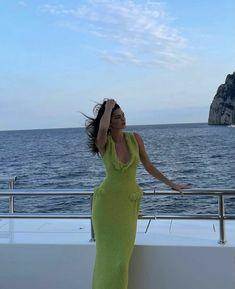 Kris Jenner, Kendall E Kylie Jenner, Kendall Jenner Modeling, Kourtney Kardashian, Kardashian Jenner, Neon Green Dresses, Jenner Girls, Jenner Style, Poses
